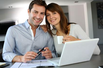Des particuliers comparent des devis pour la rénovation d'une maison.