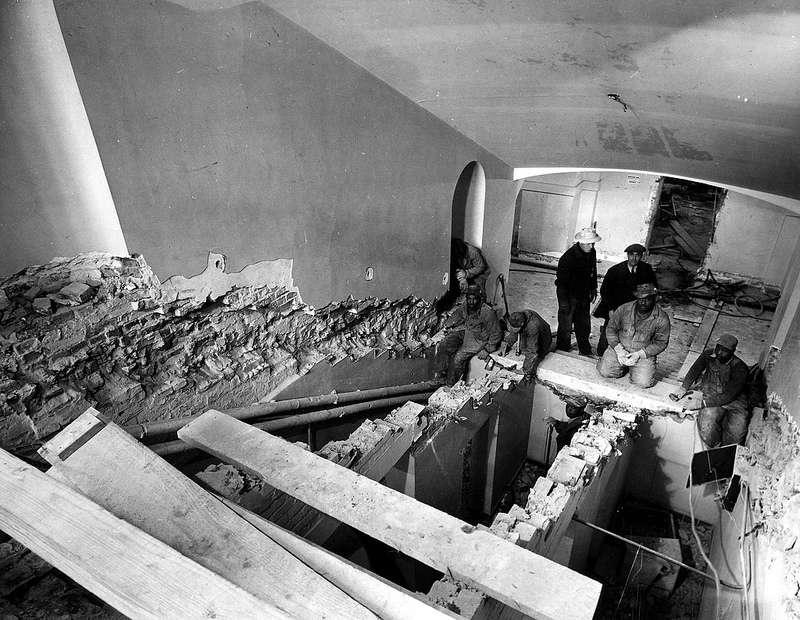 Travaux de rénovation des escaliers principaux de la Maison Blanche en 1948
