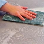 Le chiffon matériel utilisé pour enlever la moisissure des murs