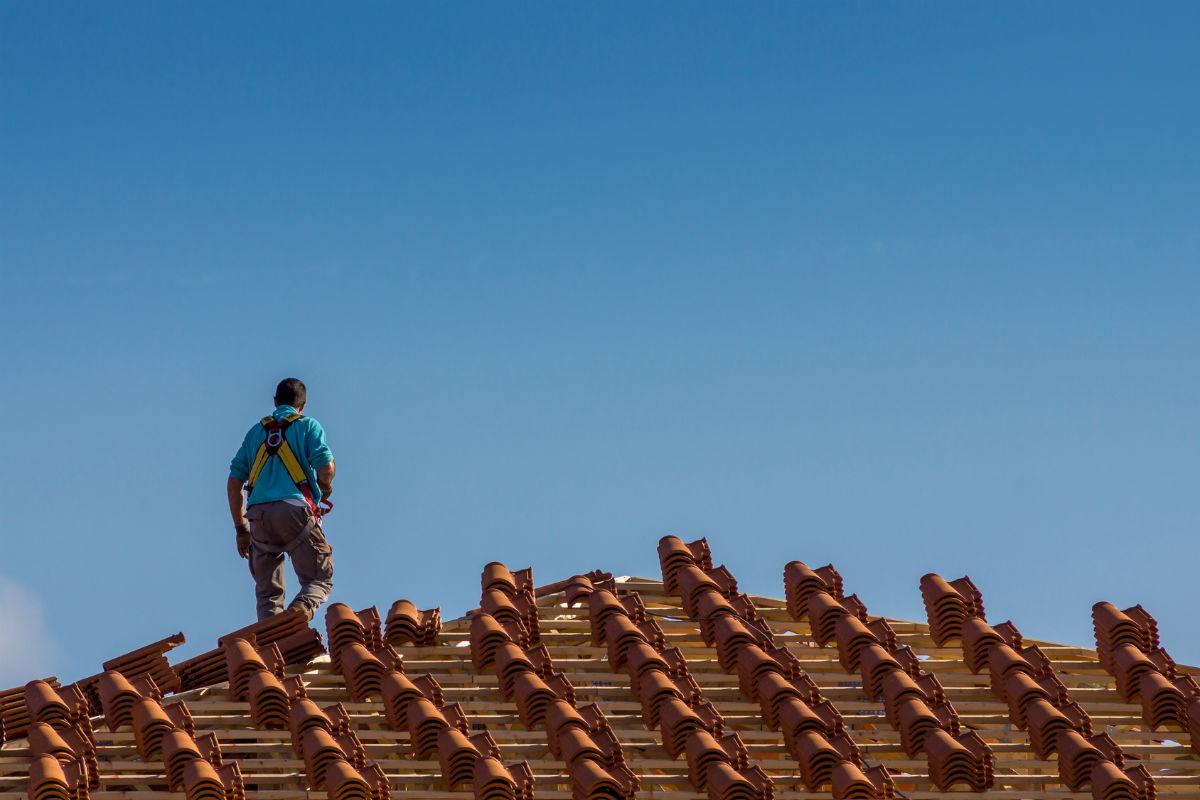 Remplacer des tuiles cass es - Pose d ardoises sur un toit ...