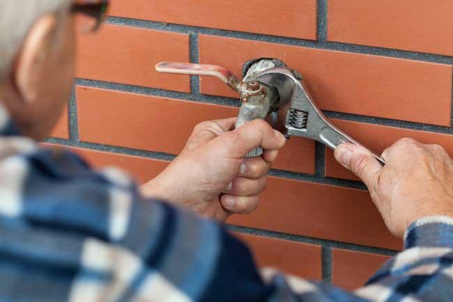 installer un robinet extérieur mural