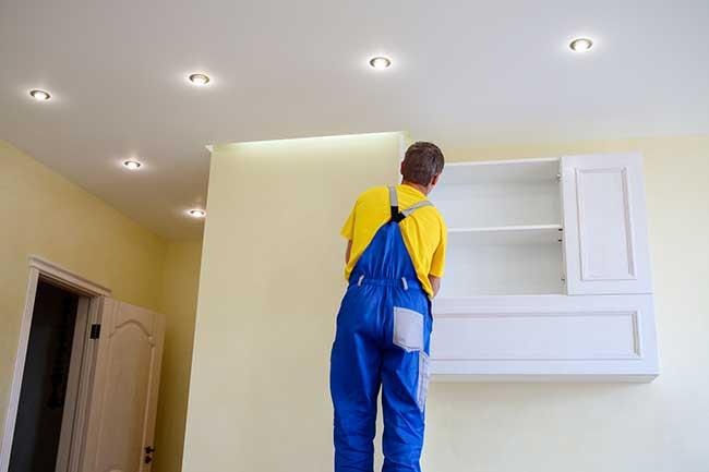 Poser un spot lumineux sur un plafond tendu - Comment brancher des spots dans un faux plafond ...